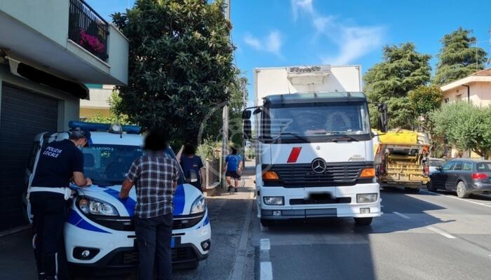 La Polizia locale multa di oltre 5mila euro il conducente di un autocarro privo di patente di guida