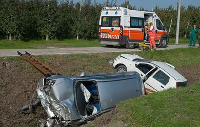 Immagine News - frontale-tra-auto-che-finiscono-nel-fosso.-due-feriti-al-bufalini