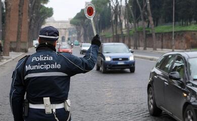 polizia-municipale-in-un-mese-50-sanzioni-per-guida-con-uso-del-telefono-senza-auricolare