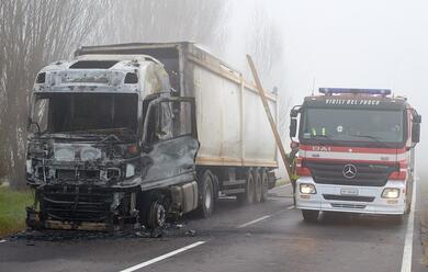 Immagine News - camionista-esce-incolume-dal-suo-mezzo-andato-a-fuoco