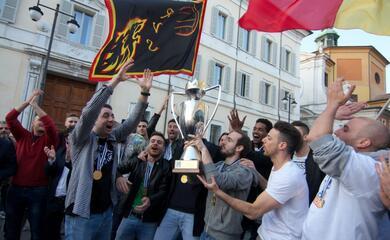 volley-una-piazza-del-popolo-gremita-ha-reso-omaggio-alla-bunge