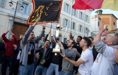 Immagine News - volley-una-piazza-del-popolo-gremita-ha-reso-omaggio-alla-bunge