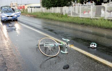 Immagine News - russi-ciclista-urta-lo-specchietto-di-unauto-e-finisce-in-terra