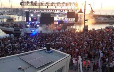 Immagine News - rimini-in-200mila-al-molo-street-parade-con-fedez-il-momento-top