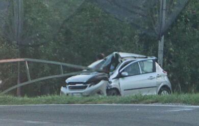 Immagine News - piangipane-auto-fuori-strada-contro-un-palo-che-infrange-il-parabrezza