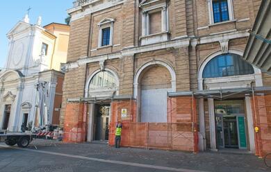 Immagine News - ravenna-cadono-pezzi-di-cornicione-in-piazza-del-popolo-intervengono-i-pompieri