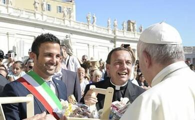 cervia-delegazione-da-papa-francesco-consegna-il-sale-dolce