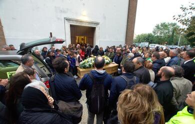 Immagine News - savio-folla-di-amici-ai-funerali-di-zavatta-tecnico-ucciso-dal-crollo-della-chiusa-di-san-bartolo