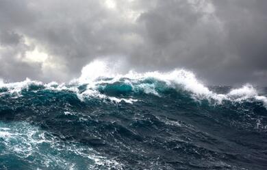 Immagine News - rimini-surfista-63enne-finisce-contro-gli-scogli-e-muore