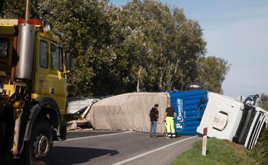 ravenna-camion-sbanda-e-si-ribalta-sulla-romeachiuso-temporaneamente-tratto-di-strada