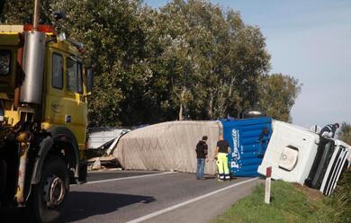 Immagine News - ravenna-camion-sbanda-e-si-ribalta-sulla-romeachiuso-temporaneamente-tratto-di-strada