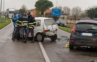Immagine News - mezzano-schianto-tra-due-auto-e-un-camion-muore-45enne