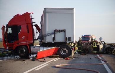 Immagine News - savio-schianto-tir-auto-e-furgone-muore-un-uomo