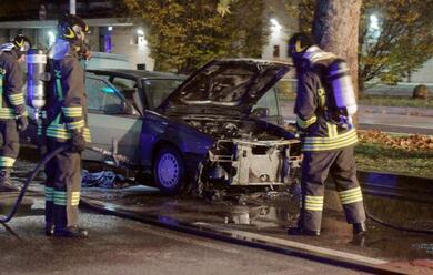 Immagine News - ravenna-auto-in-fiamme-per-un-guasto-meccanico