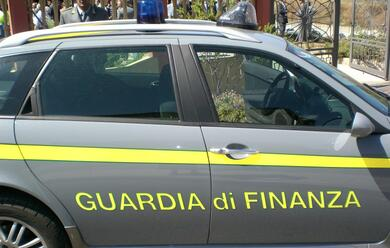 Immagine News - cervia-spacciatore-incastrato-dalla-finanza-sequestrate-auto-e-70-mila-euro