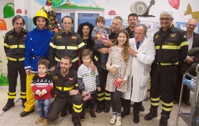 Immagine News - ravenna-i-vigili-del-fuoco-in-pediatria-per-la-consegna-dei-regali
