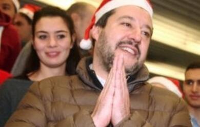 Immagine News - imola-il-ministro-salvini-finisce-a-testa-in-gia1-nellalbero-di-natale-in-piazza-polemiche