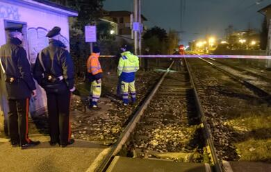 Immagine News - ravenna-uomo-travolto-dal-treno-al-passaggio-a-livello-muore-sul-colpo