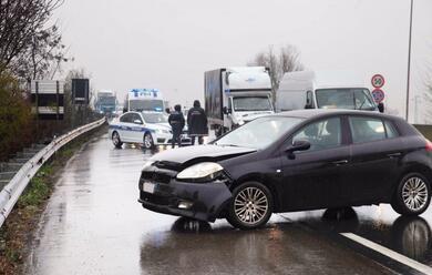 Immagine News - ravenna-perde-il-controllo-dellauto-e-finisce-contro-il-guardrail