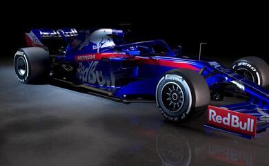 formula-1-la-toro-rosso-ha-presentato-la-nuova-str14-al-volante-kvyat-e-il-debuttante-albon