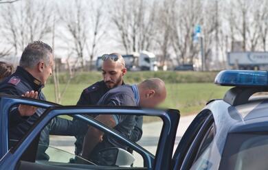 Immagine News - ravenna-tentano-di-rapinare-un-camionista-poi-fuggono-ma-vengono-presi