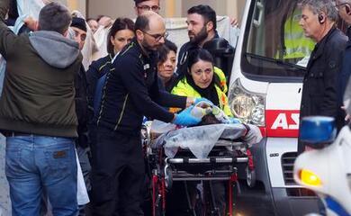 e-morto-il-bimbo-di-2-anni-e-mezzo-caduto-dal-carro-di-carnevale-in-centro-a-bologna