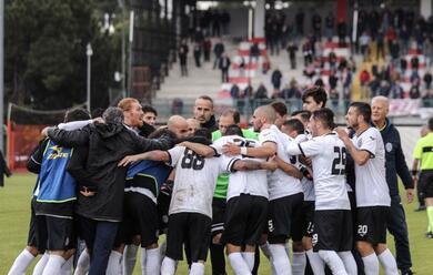 Immagine News - calcio-d-il-cesena-si-gioca-la-c-a-giulianova-maxischermo-al-foro-annonario-dalle-15