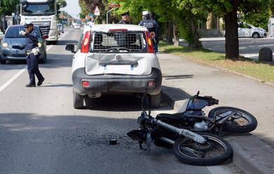 Immagine News - ravenna-giovane-in-moto-tampona-auto-e-finisce-al-bufalini