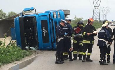 ravenna-camion-si-ribalta-sulla-baiona-autista-al-bufalini