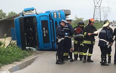 Immagine News - ravenna-camion-si-ribalta-sulla-baiona-autista-al-bufalini