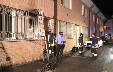 Immagine News - ravenna-incendia-casa-e-si-allontana
