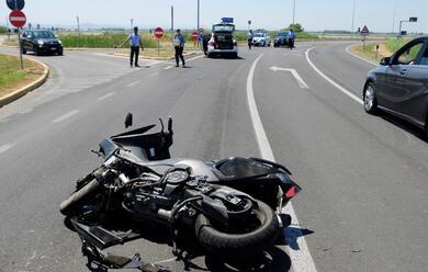 Immagine News - cervia-motociclista-sbatte-contro-un-palo-dellilluminazione