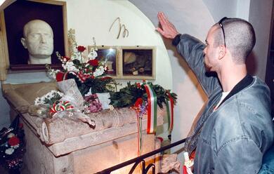 Immagine News - predappio-domenica-riapre-la-cripta-di-mussolini-lindignazione-dellanpi-nazionale