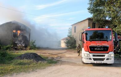 Immagine News - ravenna-incendio-in-un-capannone-di-balle-di-paglia-vigili-del-fuoco-al-lavoro