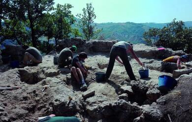 Immagine News - collina-a-ceparano-trovate-ossa-macine-frecce-e-ceramiche-negli-scavi-archeologici