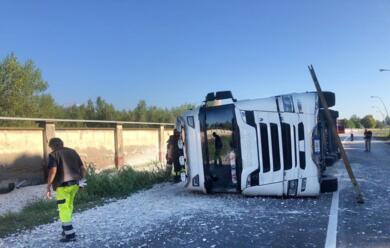 Immagine News - ravenna-perde-il-controllo-del-camion-e-si-ribalta-in-via-trieste