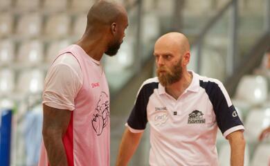 basket-supercoppa-a2-il-primo-derby-della-stagione-au-targato-forla-semaforo-rosso-per-lorasa-al-costa