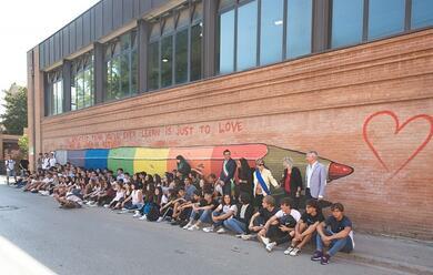 Immagine News - ravenna-inaugurato-al-liceo-il-murales-di-urka-dopo-la-scritta-discriminatoria-contro-il-preside-dradi