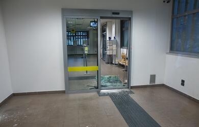 Immagine News - russi-ladri-assaltano-il-postamat-della-filiale-in-via-don-minzoni-ma-lallarme-li-mette-in-fuga
