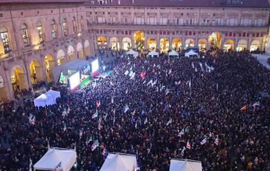 Immagine News - bologna-in-10mila-in-piazza-maggiore-per-sostenere-la-corsa-di-stefano-bonaccini-alle-regionali