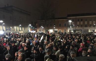 Immagine News - ravenna-le-sardine-riempiono-piazza-kennedy-e-rispondono-al-centrodestra-con-quotbella-ciaoquot