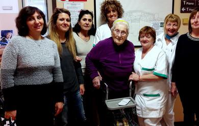 Immagine News - faenza-maria-mirandola-ex-insegnante-ai-seggi-per-votare-a-101-anni
