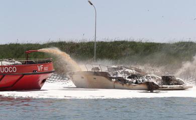 marina-di-ravenna-yacht-in-fiamme-intervengono-i-vigili-del-fuoco