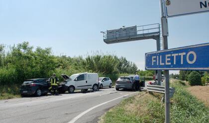Immagine News - ravenna-scontro-tra-due-auto-e-un-furgone-tre-feriti-in-ospedale