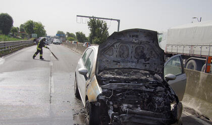 Immagine News - ravenna-auto-a-fuoco-sulladriatica-traffico-interrotto-in-direzione-nord-a-partire-dallincrocio-con-il-dismano