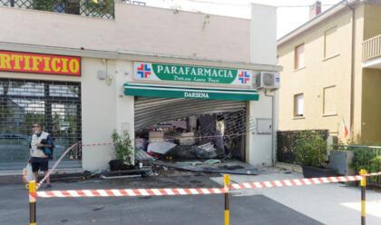 Immagine News - ravenna-sbanda-e-distrugge-una-parafarmacia