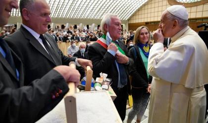 in-vaticano-consegnato-il-sale-di-cervia-a-papa-francesco