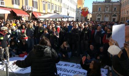 Immagine News - ravenna-rimini-bologna-nelle-piazze-manifestano-migliaia-di-no-green-pass