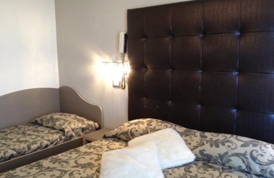 hotelvillapaola fr chambre-deluxe-cinema 023