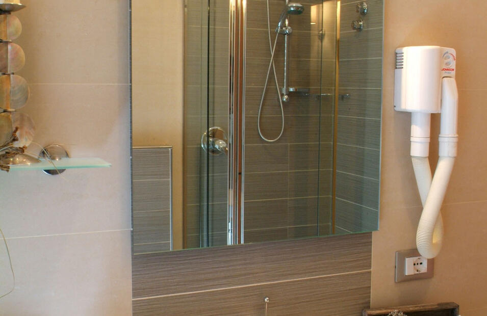hotelvillapaola fr chambre-deluxe-cinema 024